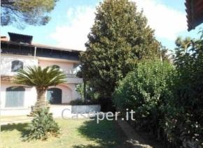 A nord di Napoli, prestigiosa villa 1000 mq con piscina , nel comune di Melito